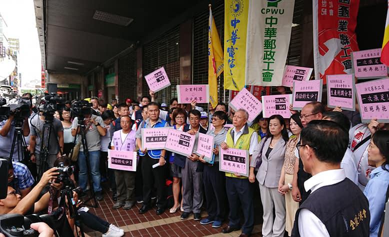 会议开始前,全国产业总工会等劳方代表在劳动部前说明主张。(照片由劳团提供)
