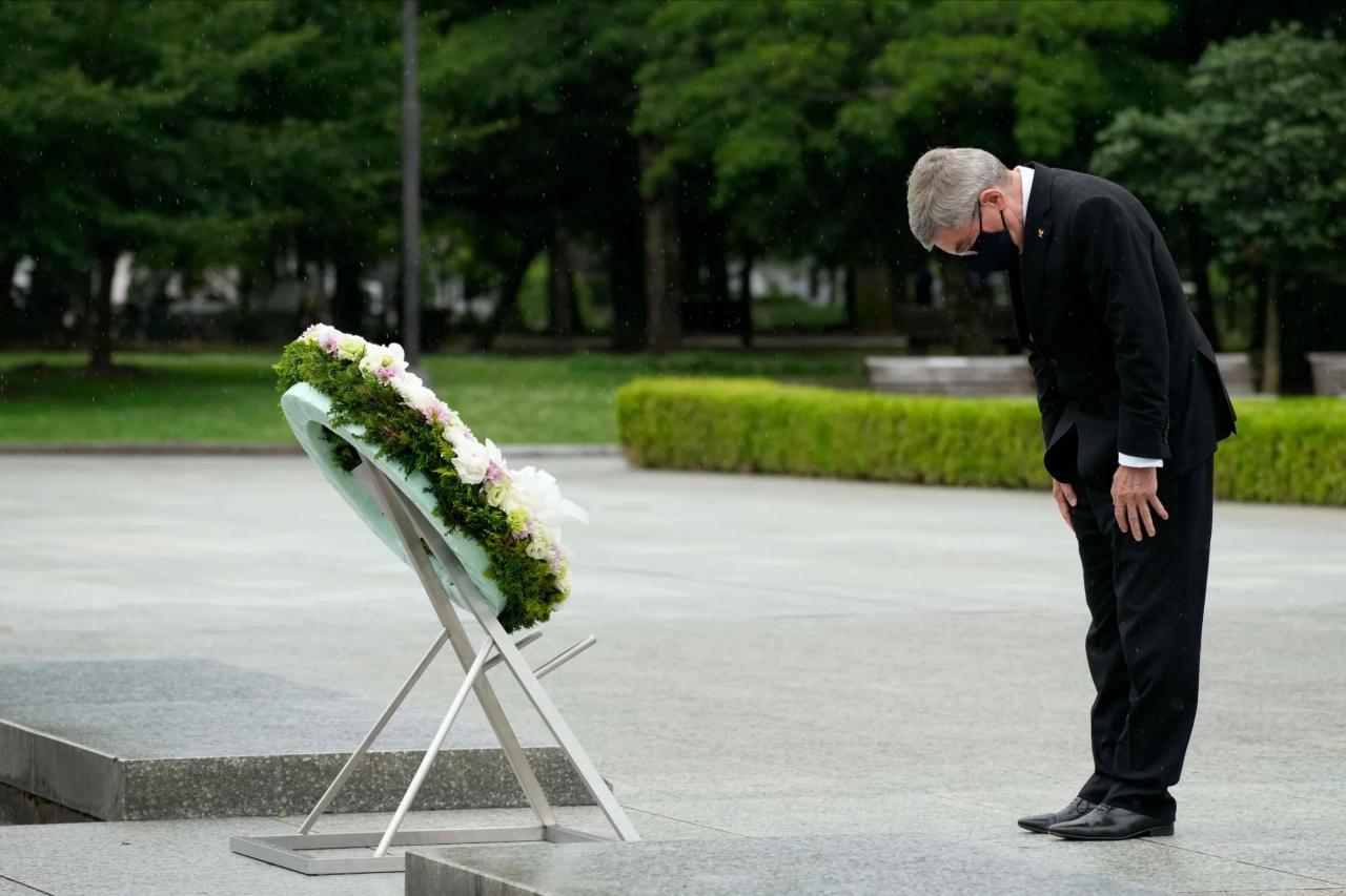 國際奧委會主席巴赫於東京奧運前夕拜訪廣島和平紀念公園。(圖片來源:The Washington Post)
