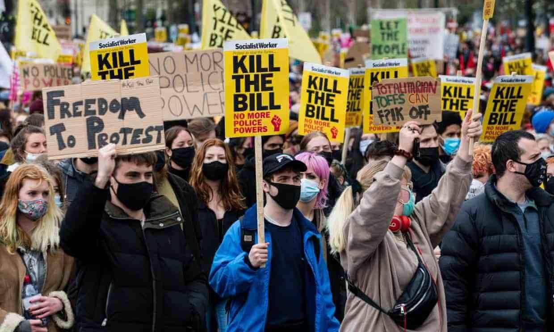 英國政府推出法案,擴大警察控制示威的權力,引發全國各地抗議。(圖片來源:衛報)