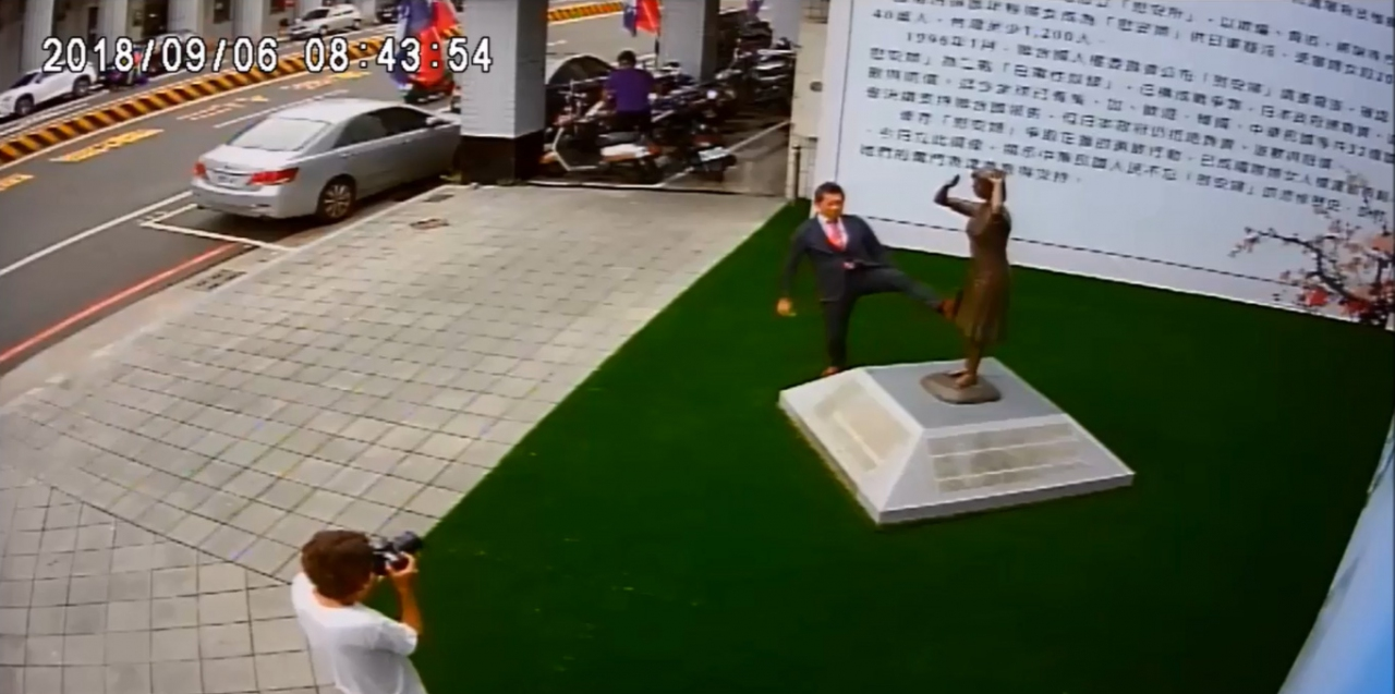日人藤井實彥日前腳踢台南的慰安婦銅像引起台灣各界憤慨。(翻攝網路)