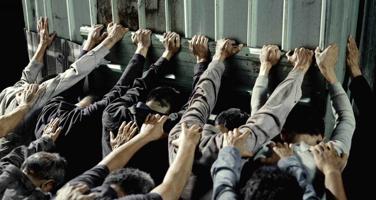 藝術家陳界仁2010年作品《軍法局》,以台灣的冷戰/反共/戒嚴時期(1949-1987)中,國民黨政權審判、關押政治犯的法庭與監獄為背景。(資料照片)
