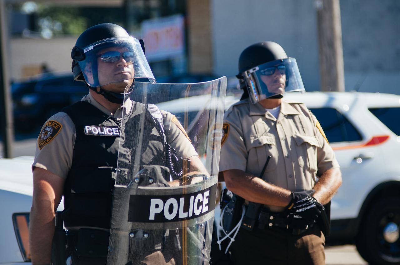 2014年8月13日密蘇里州弗格森抗議行動現場的警方。(Jamelle Bouie / Wikimedia)
